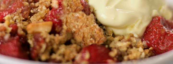 Strawberry oat crumble